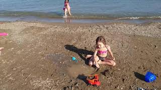 Deniz kenarında çukur kazdık #Susavaşı yaptık!! #eğlencelikızvideoları