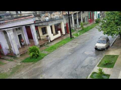 Viaje a Cuba 2017 Lloviwndo en calle Santa Emilia, Santos Suarez