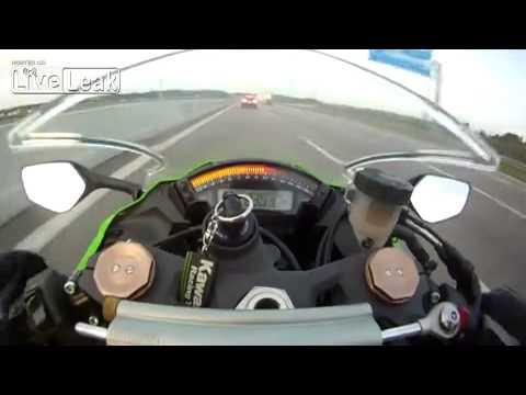 Mota a 299km/h ultrapassada na autoestrada por um Audi como se nada fosse