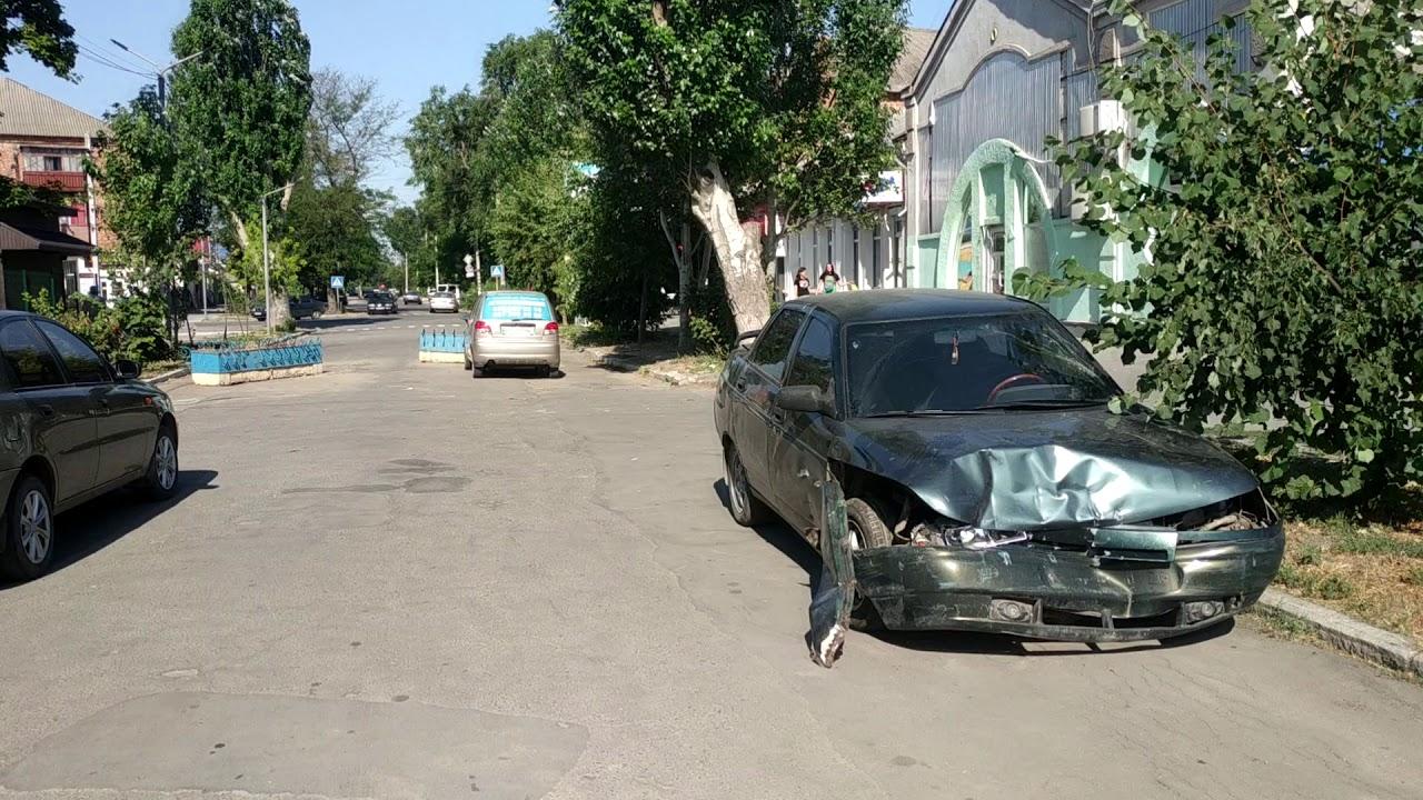 Второй день в центре Геническа стоит разбитая машина без номеров