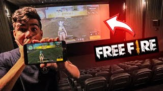 Invadi o CINEMA e joguei FREE FIRE no TELÃO