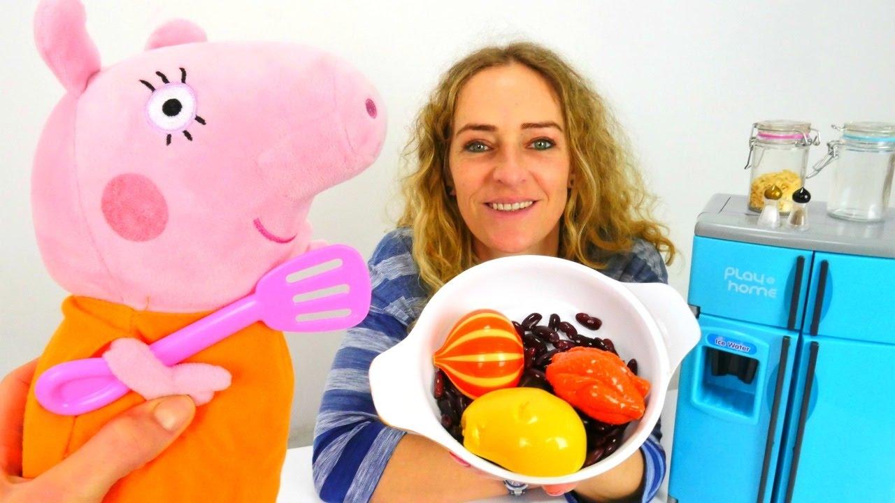 Nicole Peppa'nın annesine fasulye yapmaya yardım ediyor!