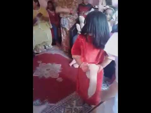 رقص طفلة صغيرة تنافس راقصات كبار /شطيح 😙😙😘😘😍😍 thumbnail