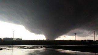 Fuerte tornado toca tierra en Rochelle, Illinois