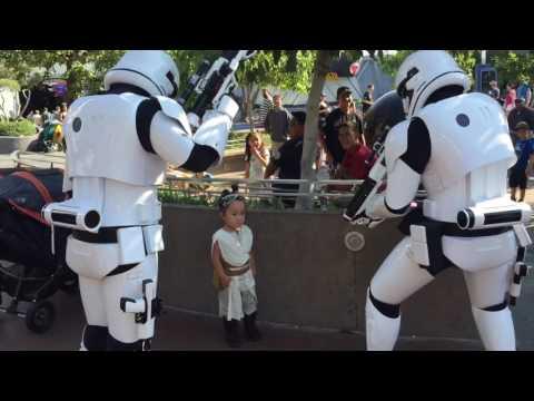 2016 08.02 - KKYD - Stormtroopers vs. Little Rey at Disneyland