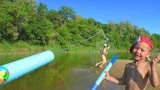 Водные помповые пистолеты Игрушечное водное оружие Обзор оружия на речке Видео для детей