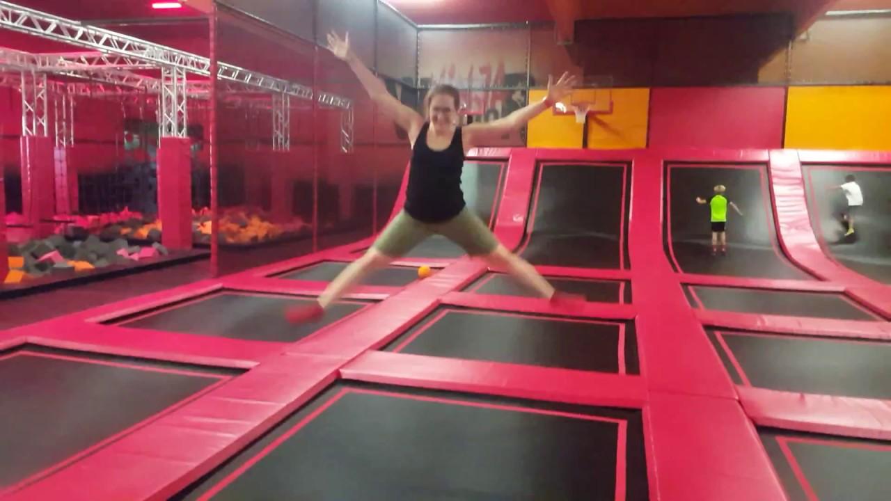 Eröffnung Fun-Park in Landau: Jenny hüpft schonmal Probe