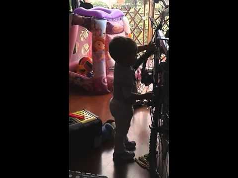 Antonella arreglando la bici de Papa