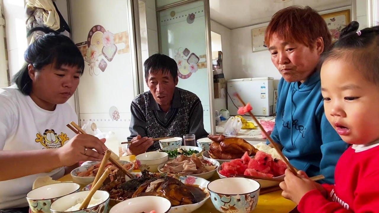 大龙和媳妇回娘家过节,老丈人准备的午饭太丰盛,快赶上过年了【东北大龙】