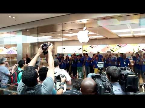Opening of first Apple Store in Brazil draws large crowds despite high prices