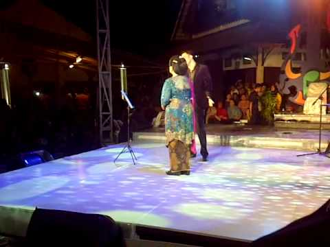Max Valerio Feat Waljinah,'Semusim'(Crysie). Festival Keroncong 29 Sept 2011, Solo Indonesia.3GP