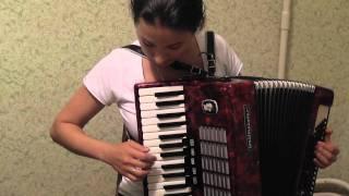 """Симпотная девка даёт урок игры на аккордеоне """"Калинка"""""""