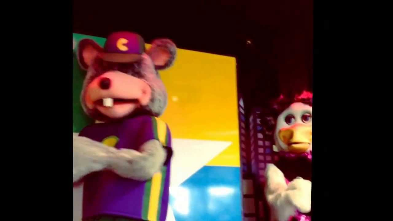 The creepy animatronic chuck e cheese band performs part 1 of 3