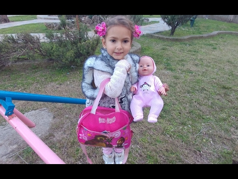 Elifin çantasında neler var , çantaya baskın yaptık ::)) Elif ve Aliye bebek parkta