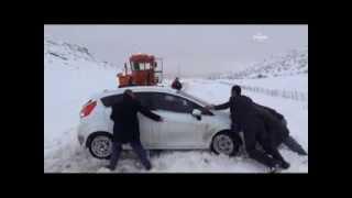 Pervari'de yoğun kar yağışı nedeniyle araçlar yolda mahsur kaldı