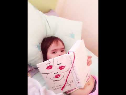 Ребёнок читает книгу. Самая умная