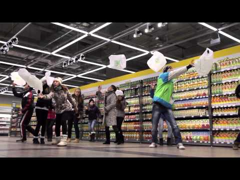 Flashmob in the shop  Прикольный танцевальный флешмоб в продуктовом магазине