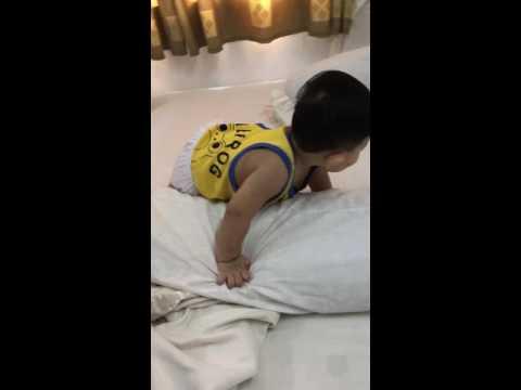 Kubi tập đứng trên giường khi được 10 tháng 21 ngày tuổi !