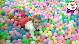 VLOG Дети играют на детской игровой площадке в Золотом Вавилоне. Водяной батут, бассейн с шариками(В этом видео Саша девочка и другие дети играют на детской игровой площадке в торгово развлекательном центр..., 2015-12-03T06:36:08.000Z)