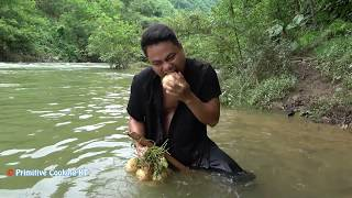 Survival skills catch Crab by mud pit underground - Primitive technology cooking crab eating