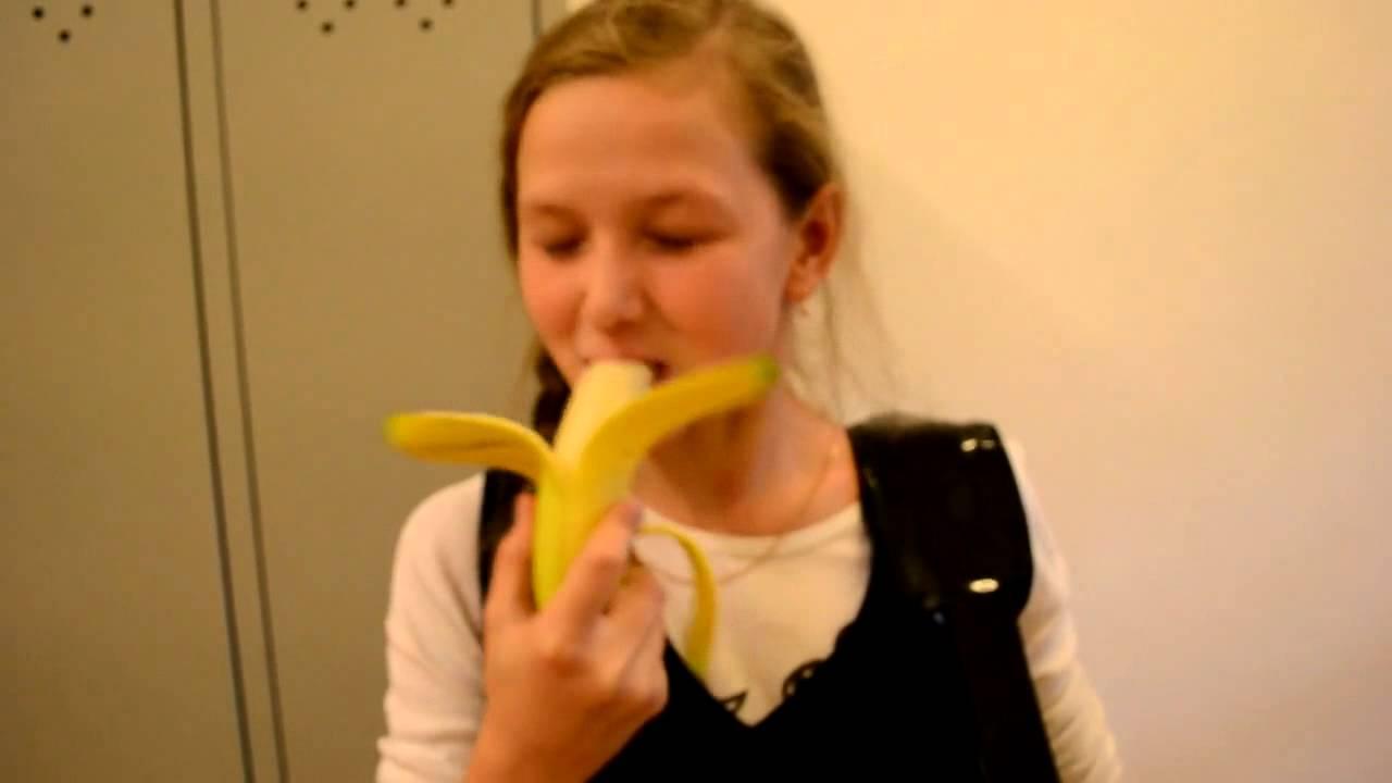фото девушка ест банан