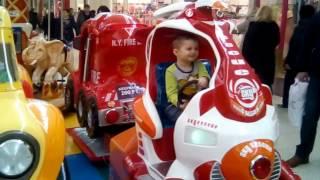 В Меге малыш катается на самолете Novosibirsk MEGA IKEA Lerou Merlin Airplane ride attrection