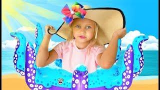Алиса собирается НА МОРЕ с любимыми игрушками !!!
