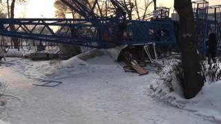 В Благовещенске кран упал на коттедж. автор видео: ИД 2х2(http://2x2.su/society/news/v-blagoveschenske-kran-upal-pryamo-na-kottedzh-110603.html., 2017-01-06T06:27:57.000Z)