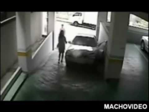 femme qui casse sa voiture dans un parking youtube. Black Bedroom Furniture Sets. Home Design Ideas