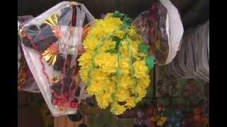 Coronas de flores y tela por el