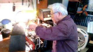 Bác Phong: Chuyên mua bán, sửa chữa radio, amply bóng đèn điện tử