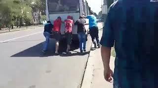 """Пассажиры толкают маршрутку № 52 в Николаеве (видео читателя """"Корабелов.Инфо"""")"""