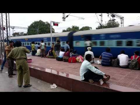 22103 LTT - Faizabad Express arriving at Nashik