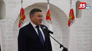 Губернатор Олег Кувшинников вручил российские паспорта в День Конституции
