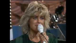 Pernilla & Hans Wahlgren - Can´t Buy Me Love (Lördag med Larssons 1988)