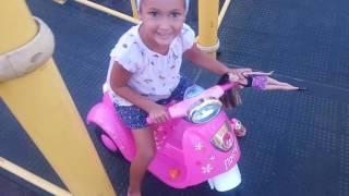 elif yeni mopedi ile park gezintisinde barbie de yanında, eğlenceli çocuk videosu