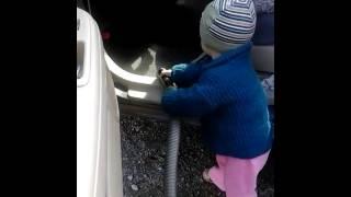 Диа пылесосит в машине