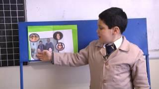 alumnos realizan presentación en inglés de los integrantes de la familia
