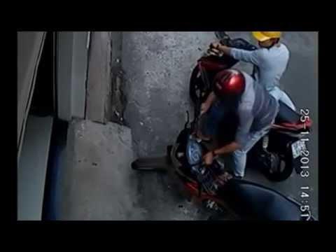 Pha mở khóa trộm xe máy của 2 thanh niên đi Air Blade