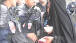 فيديو اعتداء الشرطة الفرنسية على امرأة محجبة