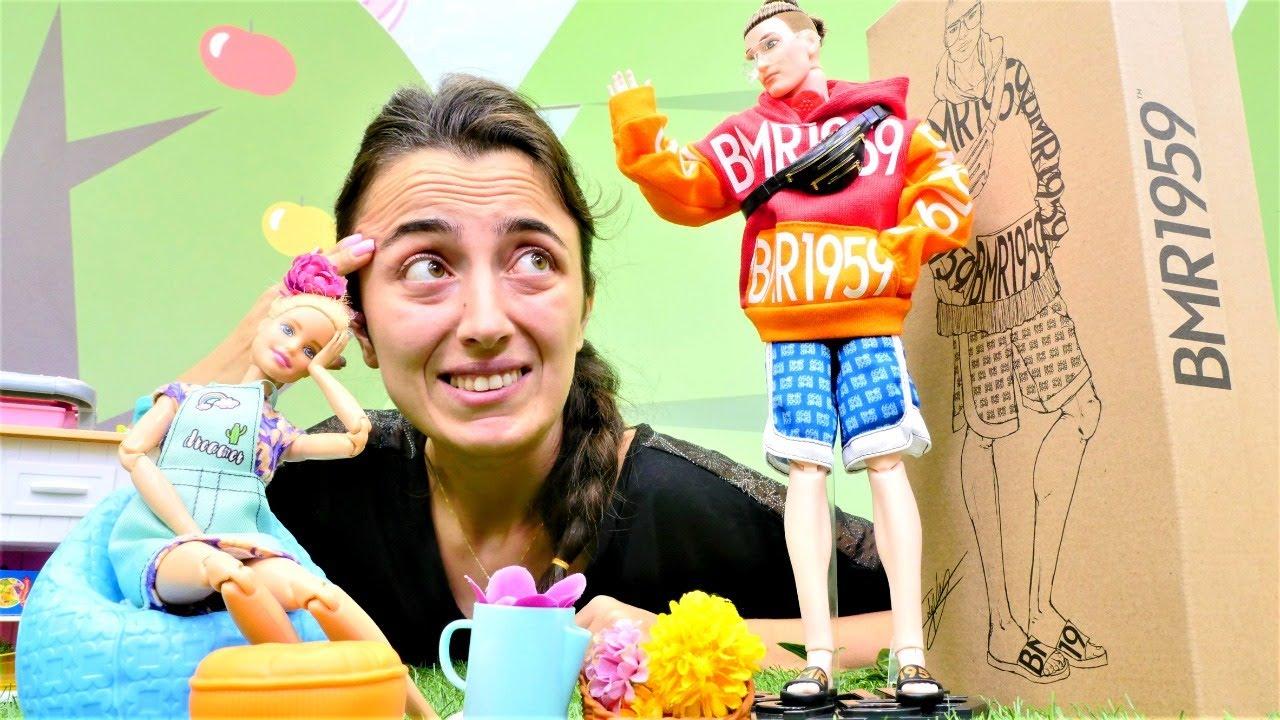 Barbie videoları. Barbie ve  Sevcan yeni açılmış kafeye yeni personel alıyorlar. Kutu açılımı