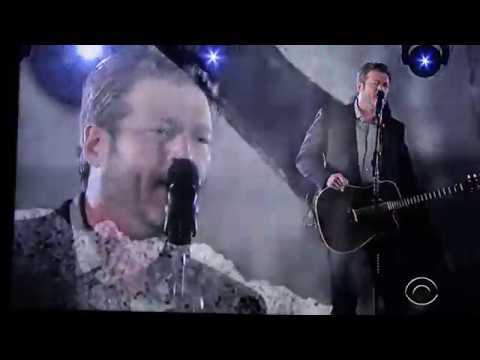 Blake Shelton Performs and wins Two Awards at the People