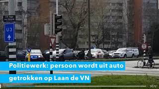 Persoon wordt auto uitgetrokken door politie in Dordrecht.