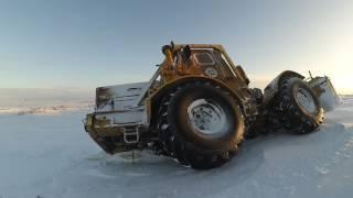 Застрявший в снегу трактор