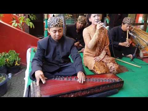 Mapag Calon Panganten Sunda Pajajaran, Kalung Bunga & Lalayaran