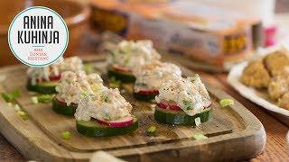 Youtube video Tunina lahka solata z mlado čebulico in grški jogurtom servirana na kolobarjih sveže kumare