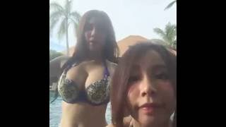 Download Video สาวเซ็กซี่ แต่งชุดบิกินี่ลายดอก MP3 3GP MP4
