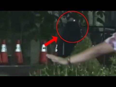 Wanita bawa tas ransel berbaju serba hitam mendekati Bawaslu usai kericuhan membuat heboh