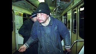 Разбрасывает вши на пассажиров. Вонючая женщина бомж в московском метро. Реакция людей. Что делать?