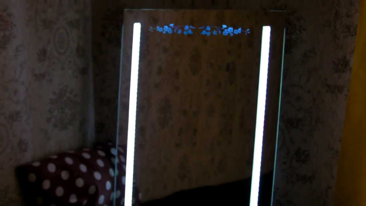 Зеркало с подсветкой в ванную комнату может поставляться: с бра, как правило, расположенными с двух сторон симметрично;. С led подсветкой, играющей как декоративную, так и косметическую роль. Оформление. Зеркало можно купить «как есть». Но чаще всего оно идет в пластиковой оправе (белой,